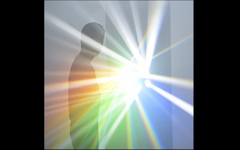 プリズム彫刻から生み出される光線によるインスタレーション